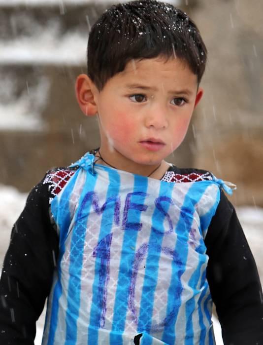 jongetje in Messi shirt (Afghaans, gevlucht naar Pakistan)
